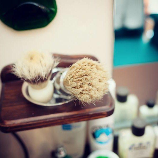 brush-shaving-set-in-barber-shop-GR8BJ34 (1)