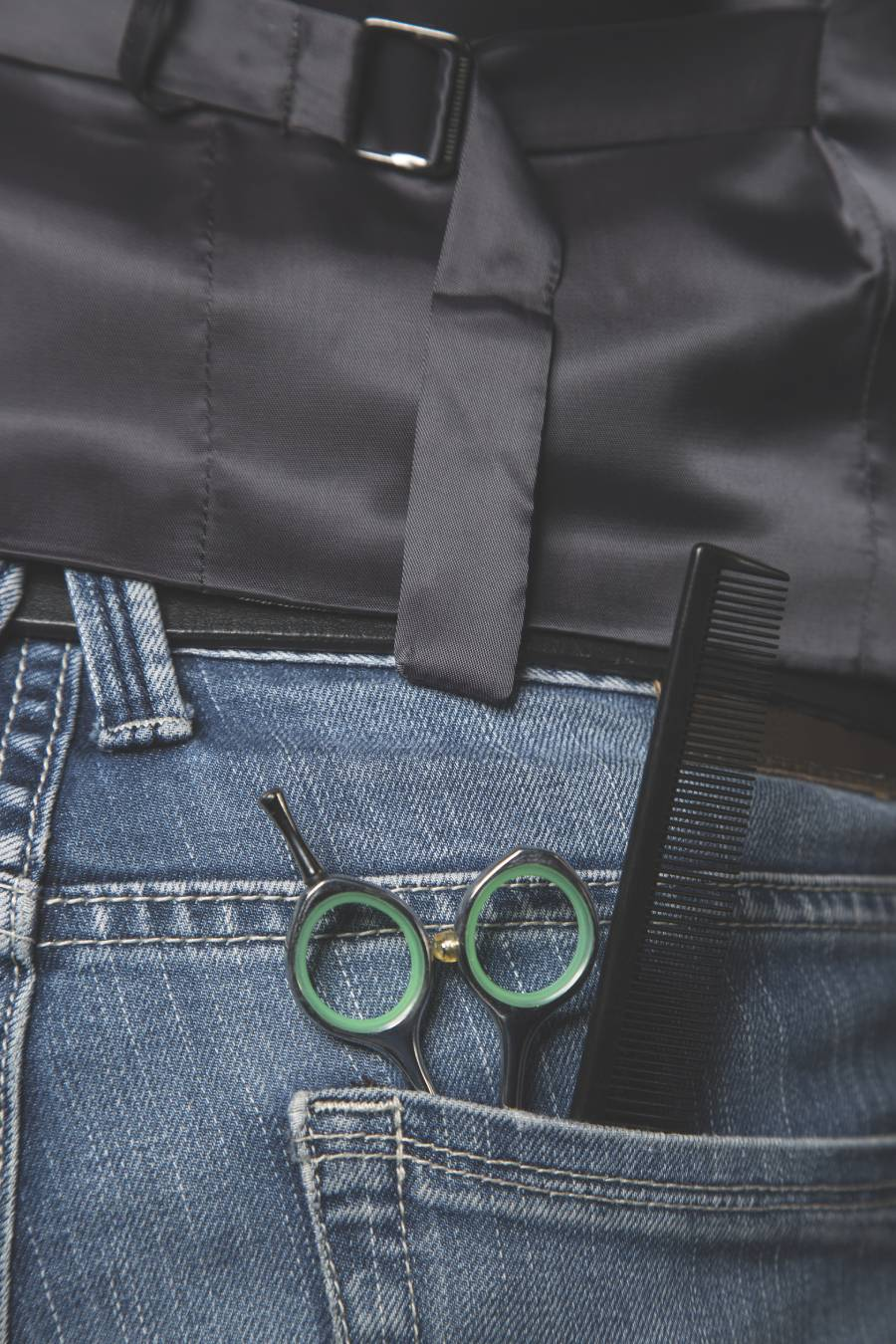 jeans-pocket-of-a-barber-with-a-comb-and-scissors--P9823Q7 (1)